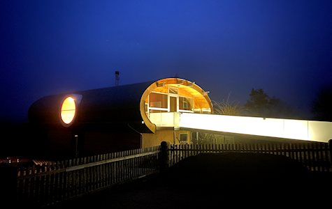 UFO47 - Das Ungewöhnliche Ferienhaus Objekt bei Nacht